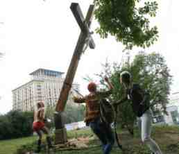 femen fell cross